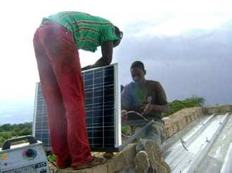 Pose d'un panneau solaire pour l'alimentation électrique du bureau de la Ferme Pilote de Goèma, Burkina Faso