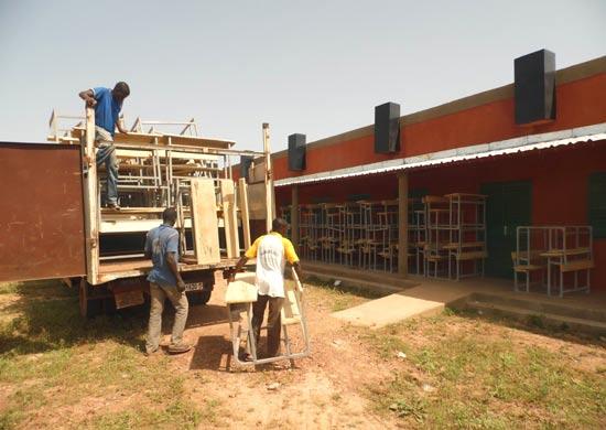 Livraison du mobilier pour le collège de Guiè au Burkina Faso