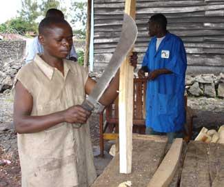 Enfant soldat démobilisé en formation de menuiserie à Goma