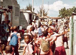 Les enfants sortent de l'école St Alphonse de Cité Soleil en Haïti