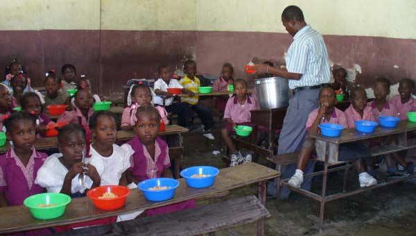 Cantine organisée dans une classe de l'école St Alphonse