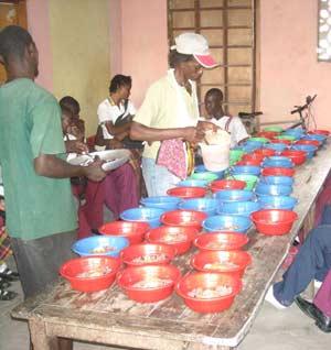 Préparation des repas pour la cantine de l'école St Alphonse, bidonville de Cité Soleil en Haïti