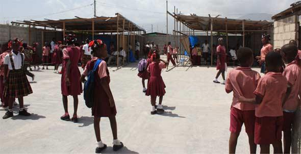 Classes provisoires sous bâches, école St Alphonse, bidonville de Cité Soleil en Haïti
