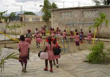 Cour du préscolaire à l'école de Cité Soleil en Haïti