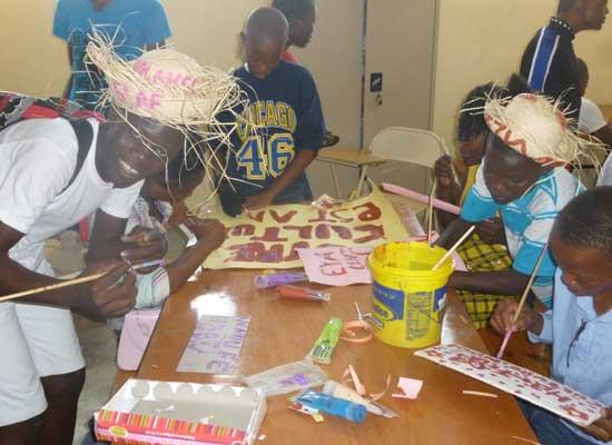 Préparation de la fête de Carnaval, confection des déguisements et des banderoles, bidonville de Cité Soleil en Haïti