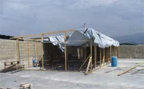 Installation de bâches pour la rentrée scolaire, bidonville de Cité Soleil en Haïti