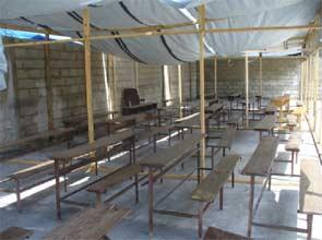 Rentrée scolaire sous bâche, bidonville de Cité Soleil en Haïti
