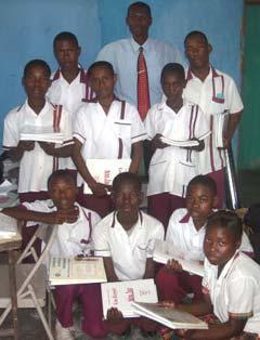 Distribution de manuels scolaires aux élèves de l'Ecole St Alphonse, bidonville de Cité Soleil en Haïti