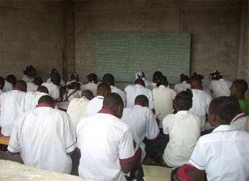 Une classe provisoire du secondaire de l'école St Alphonse à Cité Soleil