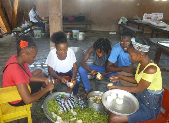 Préparation d'un repas amélioré pour le Carnaval de l'école St Alphonse, bidonville de Cité Soleil en Haïti
