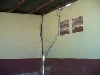L'école St Alphonse du bidonville de Cité Soleil en Haïti, gravement fissurée par le séisme