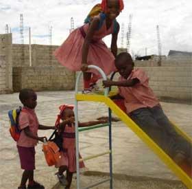 Aire de jeux de l'école de Cité Soleil en Haïti