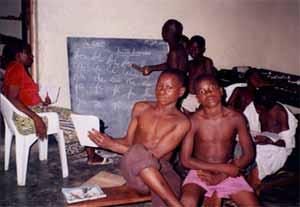 Séance d'alphabétisation pour les enfants des rues