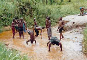 Baignade tranquille dans une rivière, un bonheur pour les enfant des rues