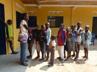 Rassemblement des enfants de la rue dans le nouveau centre Ndako Ya Biso à Kinshasa
