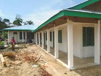 Crépissage et peinture du centre de santé de Kabweke, en brousse au Nord Kivu en RD Congo