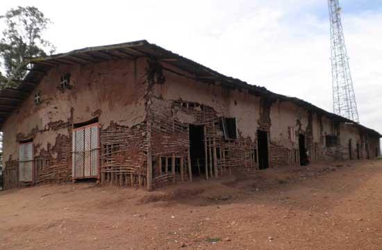 Ecole de fortune, délabrée et insalubre, à Kirumba au Nord Kivu, RD Congo