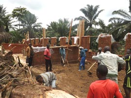 Elévation des murs de l'école du Village Orange de Kabweke, Nord Kivu en RD Congo