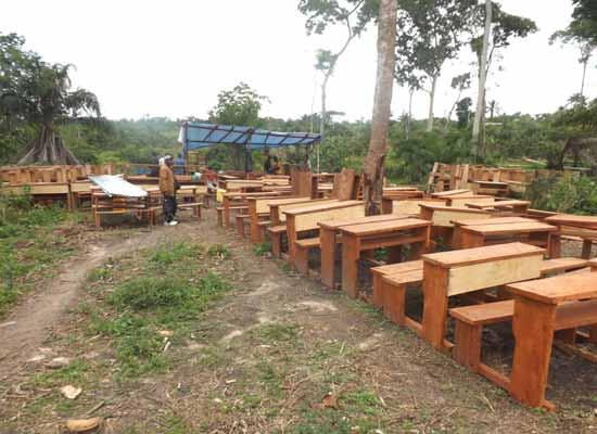 Un atelier de menuiserie s'est installé à Kabweke pour la fabrication des bancs de l'école au Nord Kivu en RD Congo