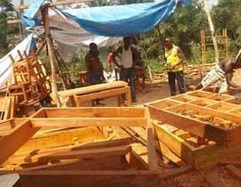 Atelier de menuiserie pour la confection du mobilier du cenre de santé de Kabweke, Village Orange en brousse au Nord Kivu en RD Congo