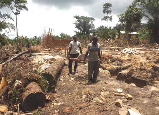 Travaux de fondations de l'école du Village Orange de Kabweke, Nord Kivu en RD Congo