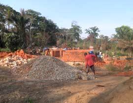 Matériaux rassemblés pour la construction du centre de santé de Kabweke, briques, sable et moellons - Nord Kivu en RD Congo