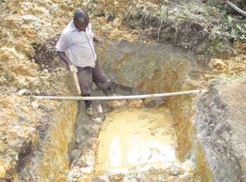 Creusage du lieu de puisage pour aménagement d'une borne-fontaine à  Kabweke au Nord Kivu en RD Congo