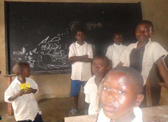 Les nouveaux pupitres ont été installés dans les classes de l'école de Kabweke au Nord Kivu en RD Congo