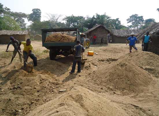 Transport du sable pour le chantier de l'école du Village Orange de Kabweke au Nord Kivu en RD Congo