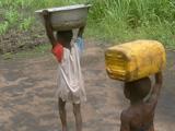 Enfants transportant l'eau sur leur tête