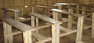Le mobilier scolaire succint de l'école d'Alimbango