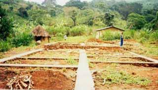 Coulage des dalles de béton pour les fondations d'une école