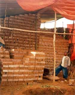 Les briques sont mises à sécher sous un hangar aéré
