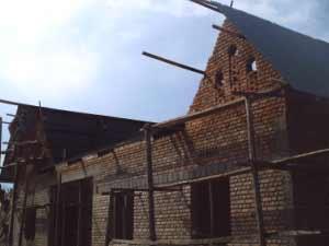 Pose des tôles ondulées et des plaques d'ardoise pour la toiture