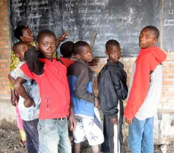 Alphabétisation des enfants des rues au Point d'Ecoute
