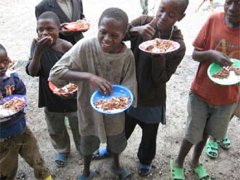 Un repas chaud pour les enfants des rues à midi au Point d'Ecoute