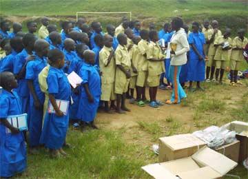 Distribution de fournitures scolaires aux orphelins du sida