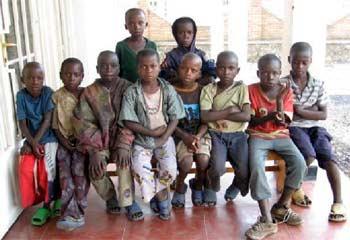 Des enfants des rues viennent se faire identifier au Point d'Ecoute