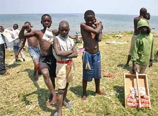 Les enfants des rues jouent au bord du Lac Kivu