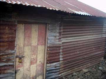 Vétuste maison en tôles, un abri bien précaire pour la famille d'un enfant des rues au Rwanda