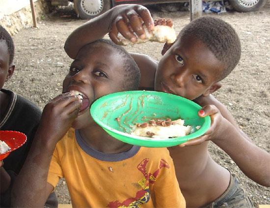 Repas des enfants des rues au Point d'Ecoute, Gisenyi, Rwanda