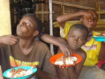 Un repas chaud pour les enfants des rues