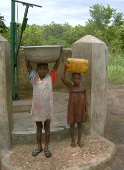 Deux enfants ramenant de l'eau depuis la borne fontaine de Badja